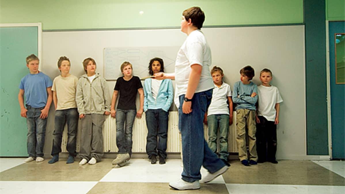 Kuva elokuvasta pingiskingi. Poika pomputtaa pingispalloa luokkakavereidensa edessä