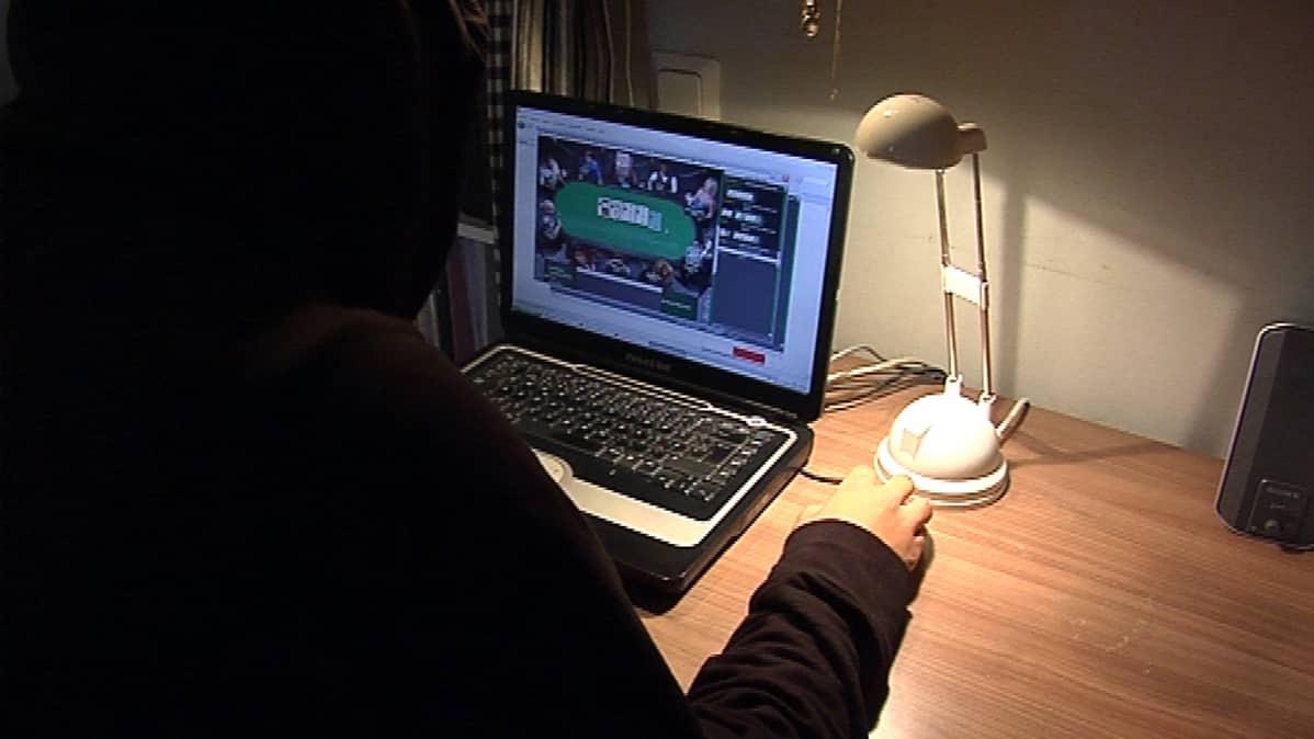 Moni peliriippuvainen koukuttuu etenkin netissä pelattaviin uhkapeleihin.