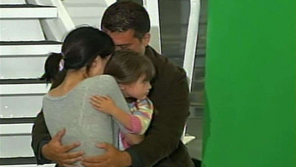 Vapautettu journalisti halaa perhettään