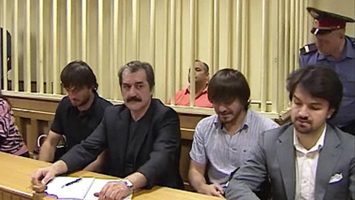Anna Politkovskajan murhasta syytetyt oikeussalissa