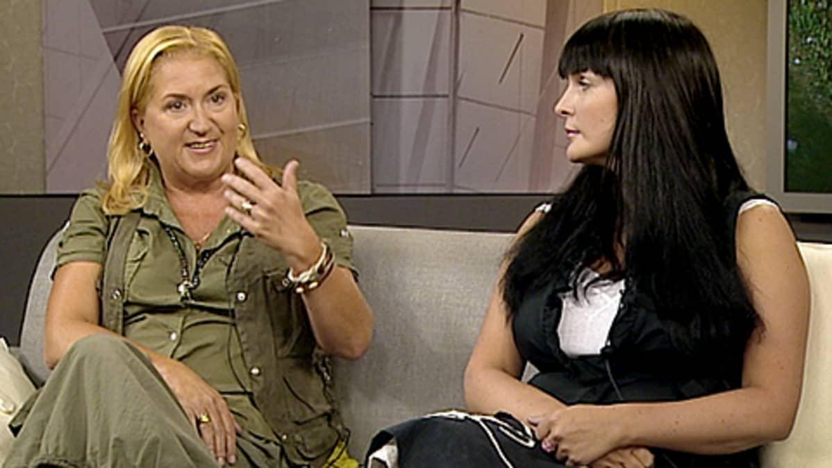 Kirjailija Anja Snellman ja kirjallisuusagentti Tiina Kristoffersson Aamu-tv:n studiossa 11.8.2009.