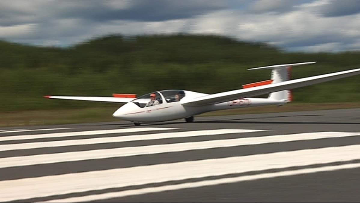 Purjelentokone Kiteen lentokentällä.