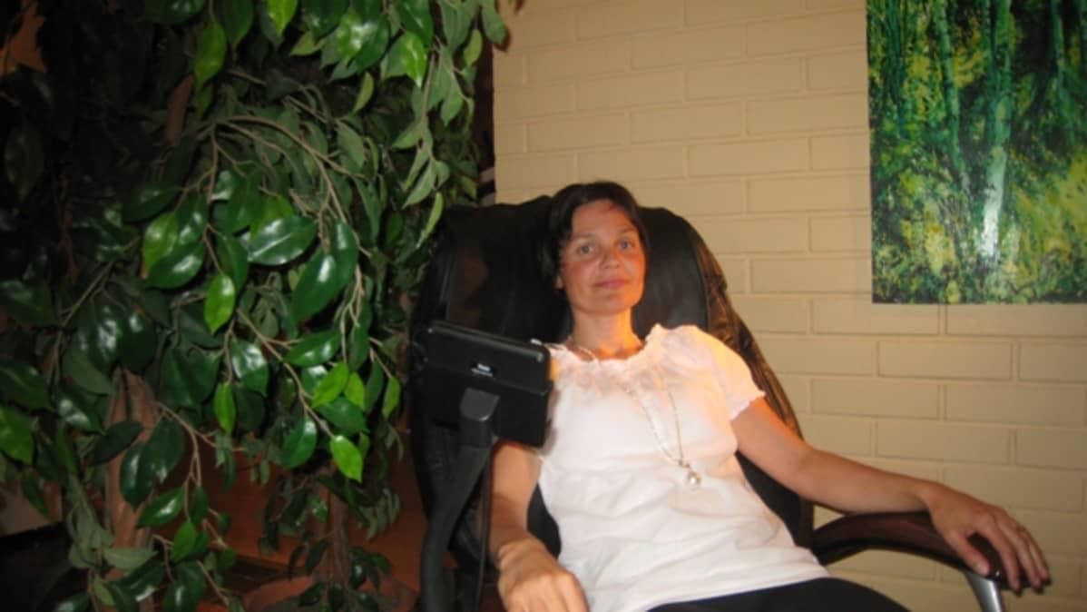 Palveluneuvoja Jannika von Wielligh tietää, että kuntosalit ovat muuttuneet yhä enemmän hyvinvointikeitaiksi. Esimerkiksi hierovat tuolit ovat asiakkaiden suosiossa