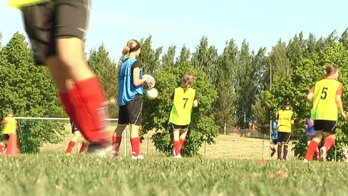 Naisfutaajat pelaavat leirillä.