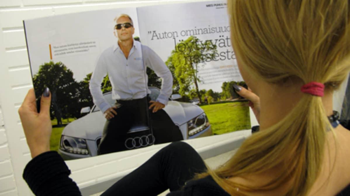 Nainen lukee Kiesin haastattelua Anna-lehden erikoisnumerosta.