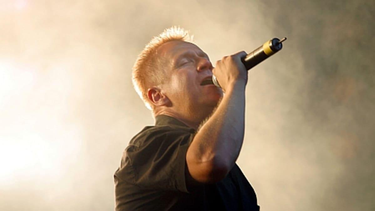 Rock-muusikko Olli Lindholm esiintyy.