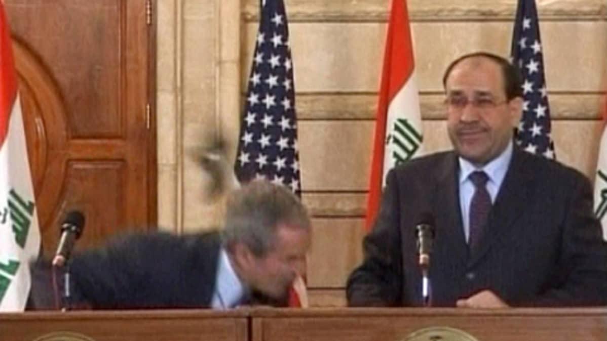 Irakilaistoimittaja heitti USA:n presidenttiä George W. Bushia kengällään Bushin jäähyväisvierailulla Irakissa.