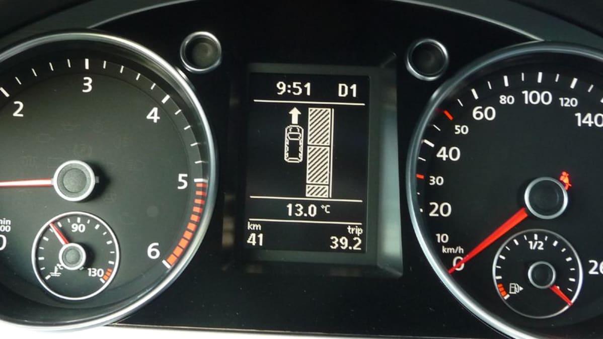 Pysäköintiavustin näyttää kuljettajalle mihin suuntaan autoa pitää siirtää.