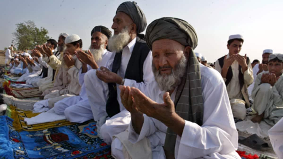 Pakolaisleirissä Pakistanin Peshawarissa rukoillaan paastokuukauden päätteeksi.