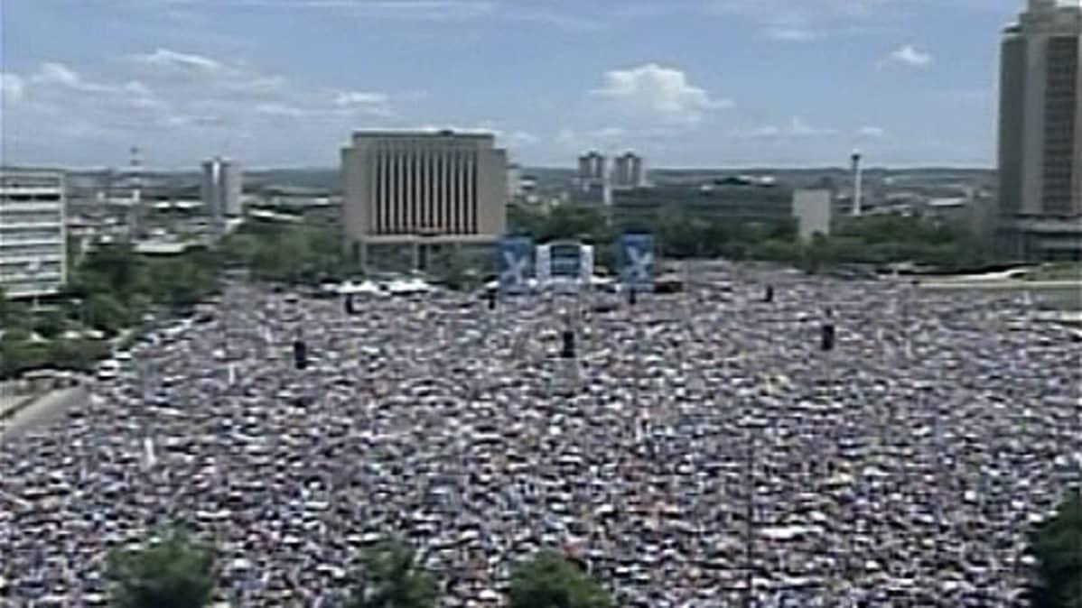 Väkijoukko aukiolla