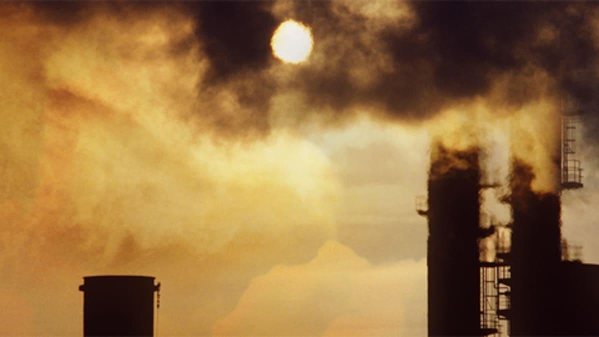 Tehtaan savut hämärtävät auringon
