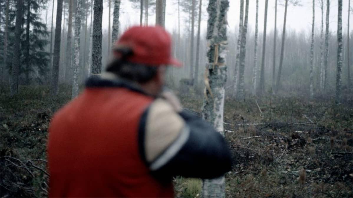 Metsästäjä on saanut kohteen kiikariin.