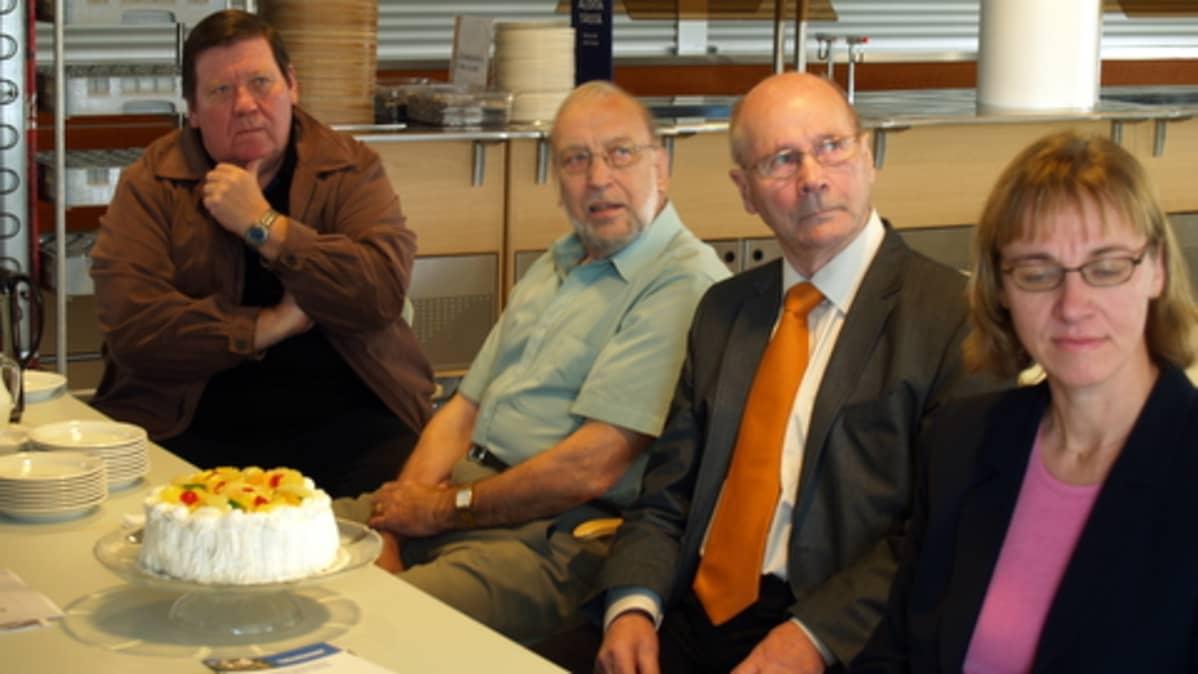 Salolaiset juhlivat seniorien tietokonekurssin päättymistä ammattikorkeakoulun ruokasalissa.