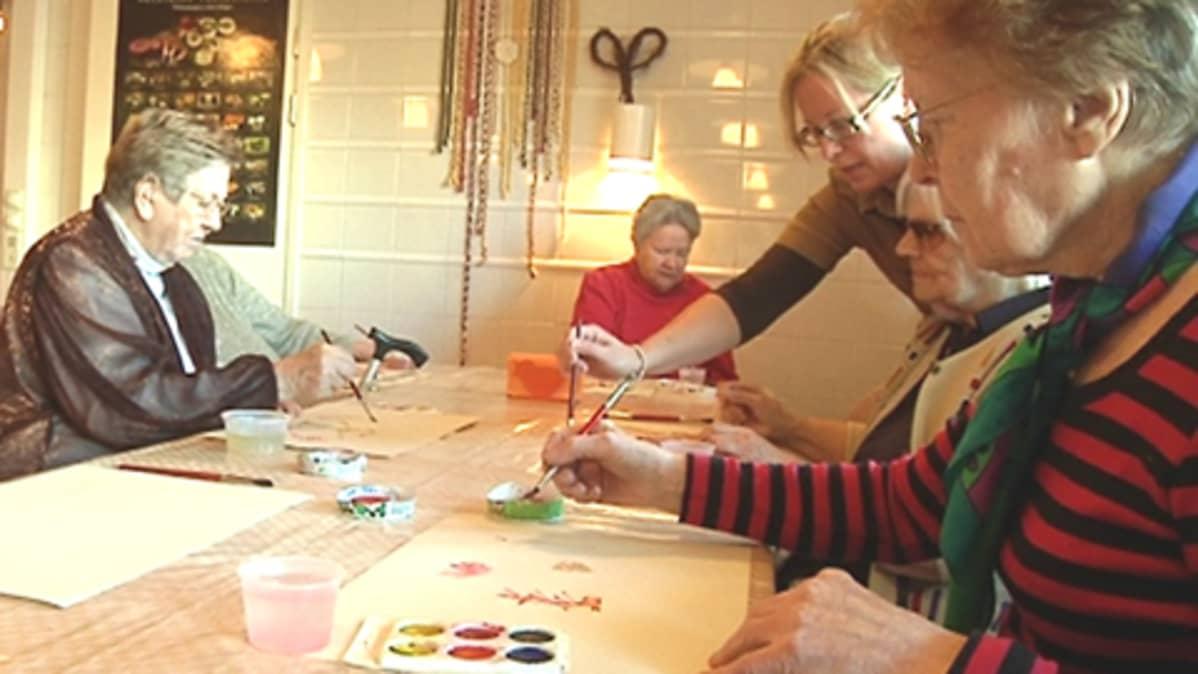 Vanhukset maalaavat syksyisiä kuvia Tervakartanossa.