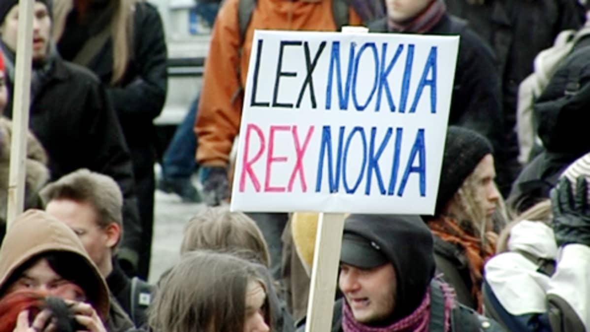 Mielenosoittajat vastustavat Lex Nokiaa.