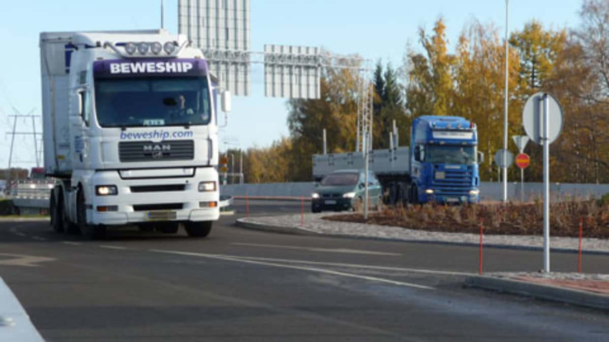 Kuvassa rekka-autoja Prisman kiertoliittymässä.