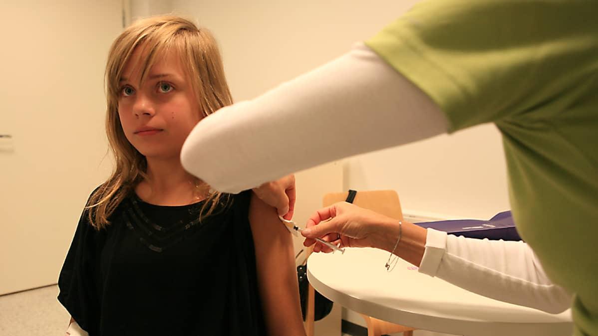 Kati Eskola saa H1N1-rokotuksen tutkimushoitaja Kirsi Kelkalta