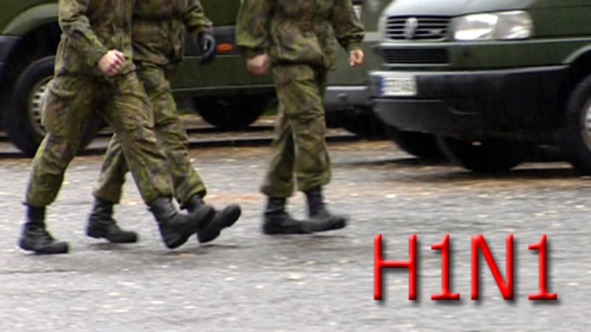 Varusmiehet kävelevät, H1N1-teksti.