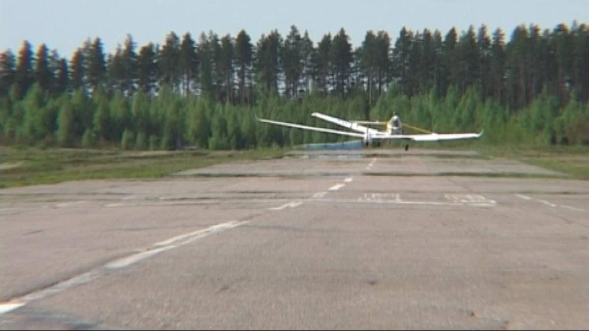 Purjelentokone Vesivehmaan lentokentän kiitoradalla.