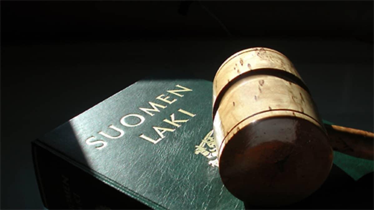 Kuvassa lakikirja ja tuomarin nuija