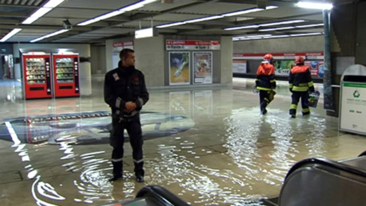 Metron laituritasolla on vettä useita senttejä.
