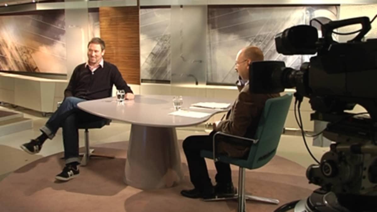 Paavo Arhinmäki ja Jari Korkki Ykkösaamussa 14.11.2009