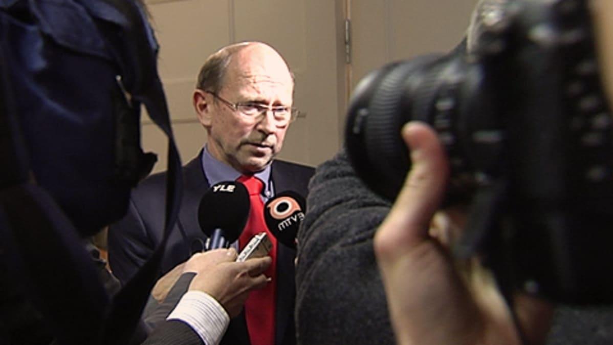 Valtakunnansovittelija Esa Lonka vastaa toimittajien kysymyksiin. Mikrofoneja, kuvaaja.