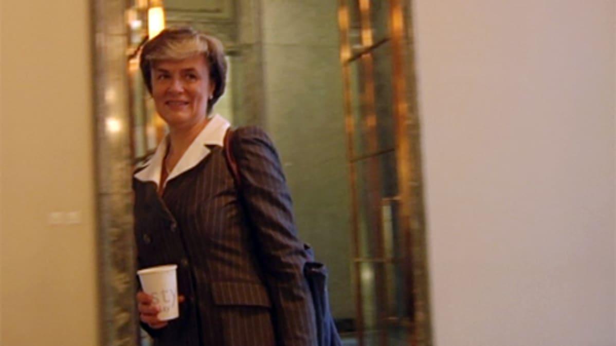 Maahanmuutto- ja eurooppaministeri Astrid Thors (r.) Eduskunnan kätytävällä.