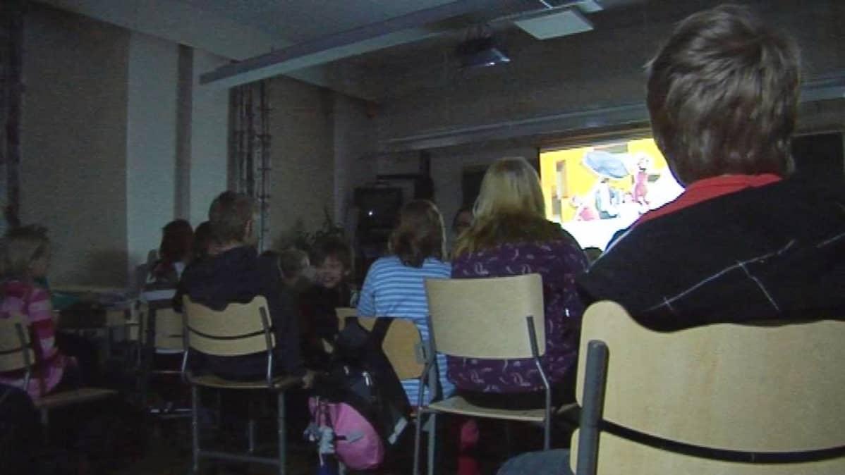 Interaktiivinen oopperaesitys Oikaraisen koululla