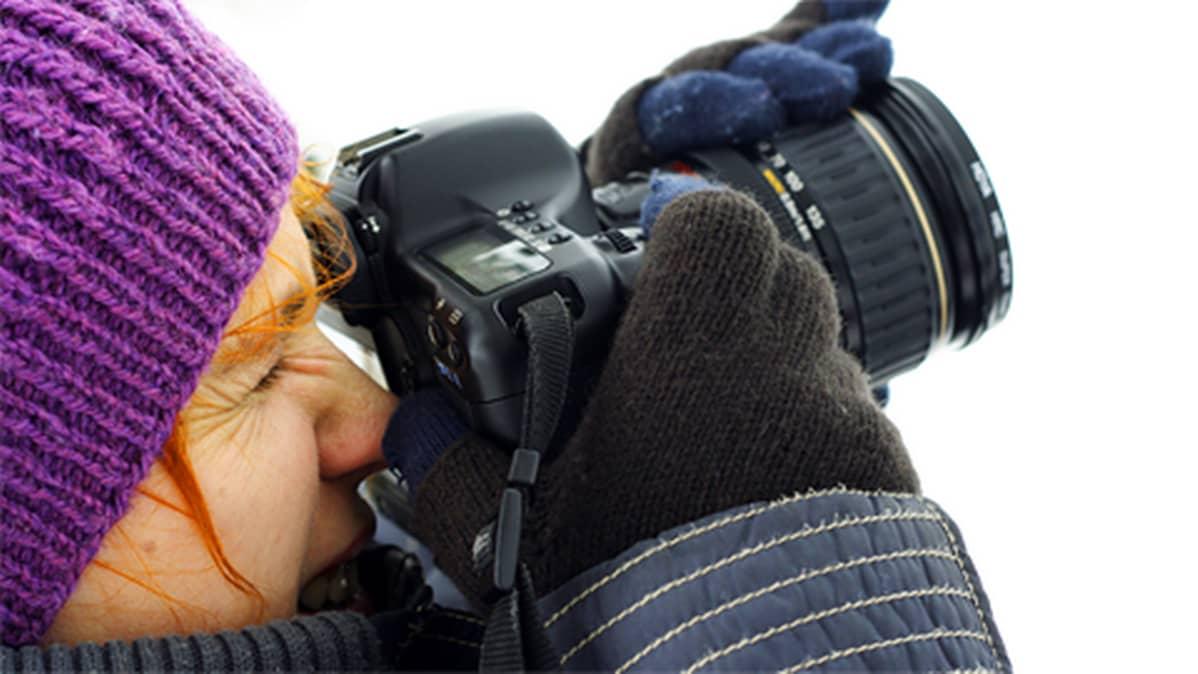 Nuori nainen ottamassa valokuvaa