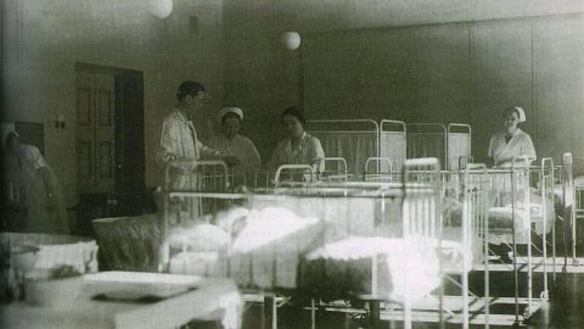 Arvo Ylppö potilaineen ja hoitajineen Lepaan puutarhaoppilaitoksen piirustussalissa talvisodan aikaan