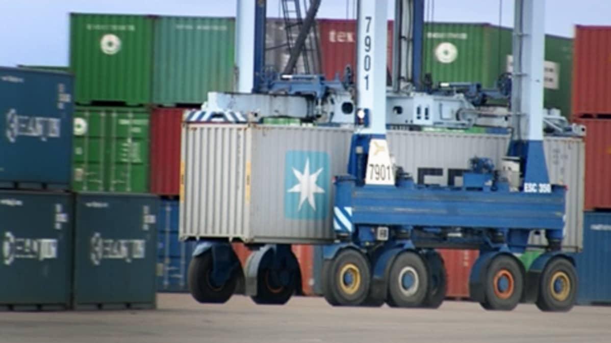 Konttiliikennettä Kotkan vientisatamassa.