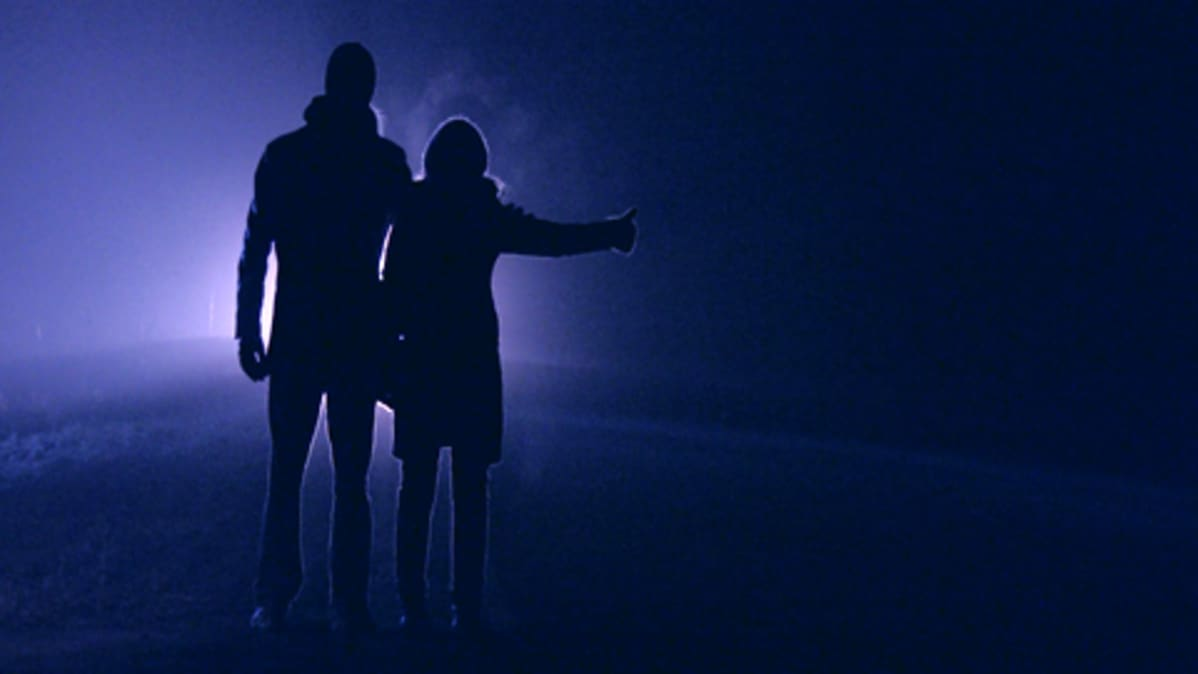 Mies ja nainen liftaavat elokuvassa Mitä meistä tuli.