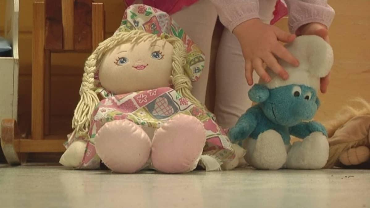 lapsi leikkii nukeilla