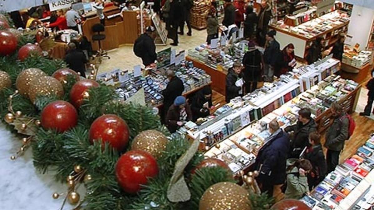 Ihmisiä kirjakaupassa