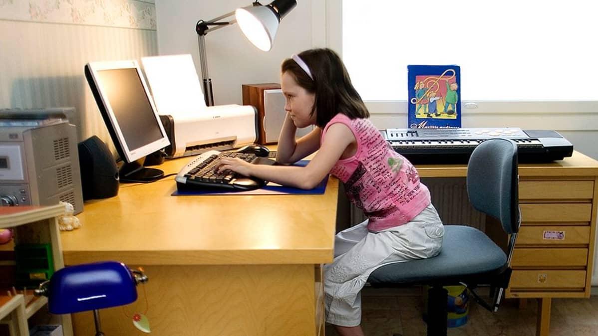 Lapsi tietokoneella.