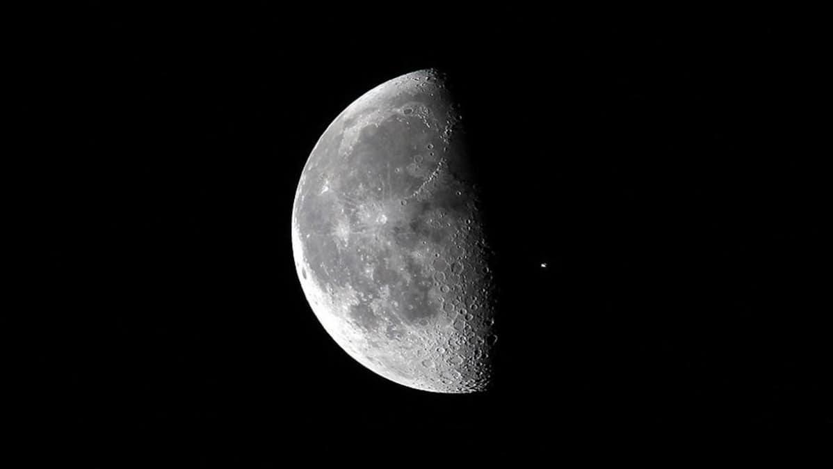 Kuu, ja sen ohitse lentävä kansainvälinen avaruusasema ISS kuvattuna Kennedyn avaruuskeskuksesta Floridasta huhtikuussa 2010.