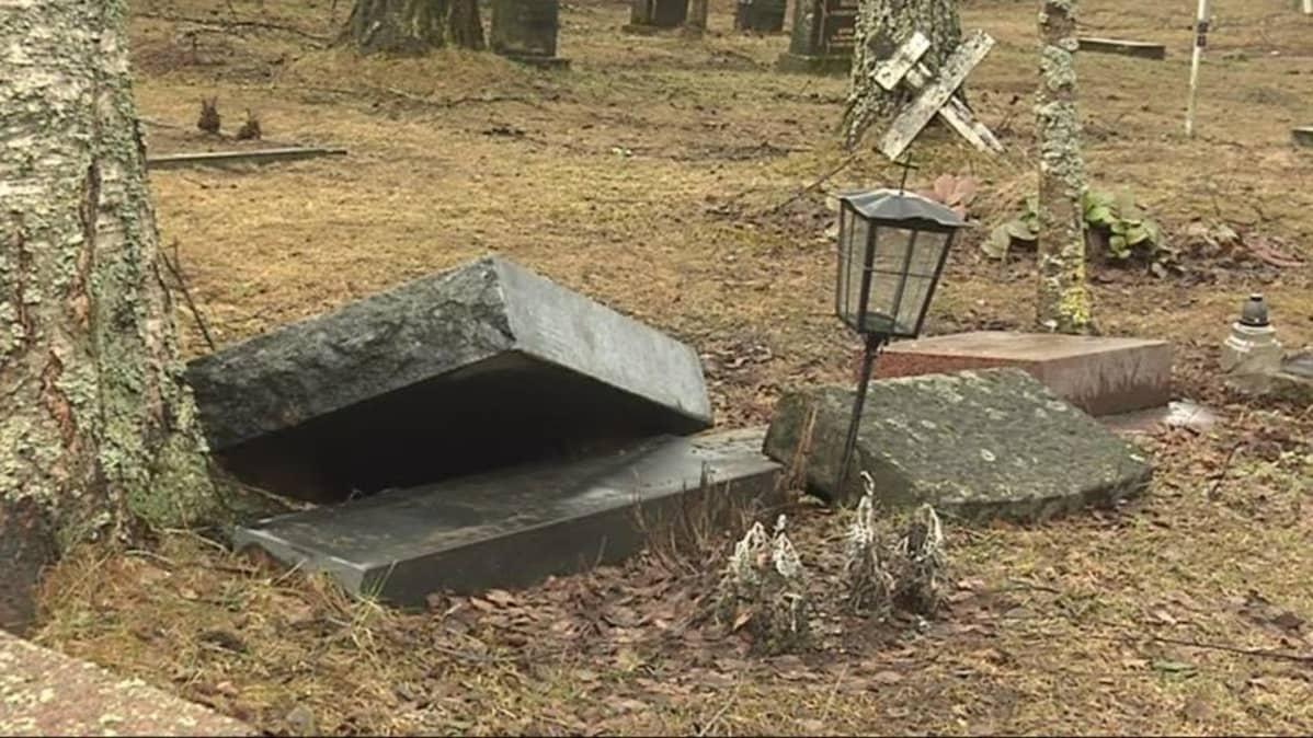 Kaadettu hautakivi.