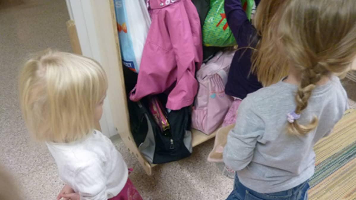 Lapsia päiväkodissa.