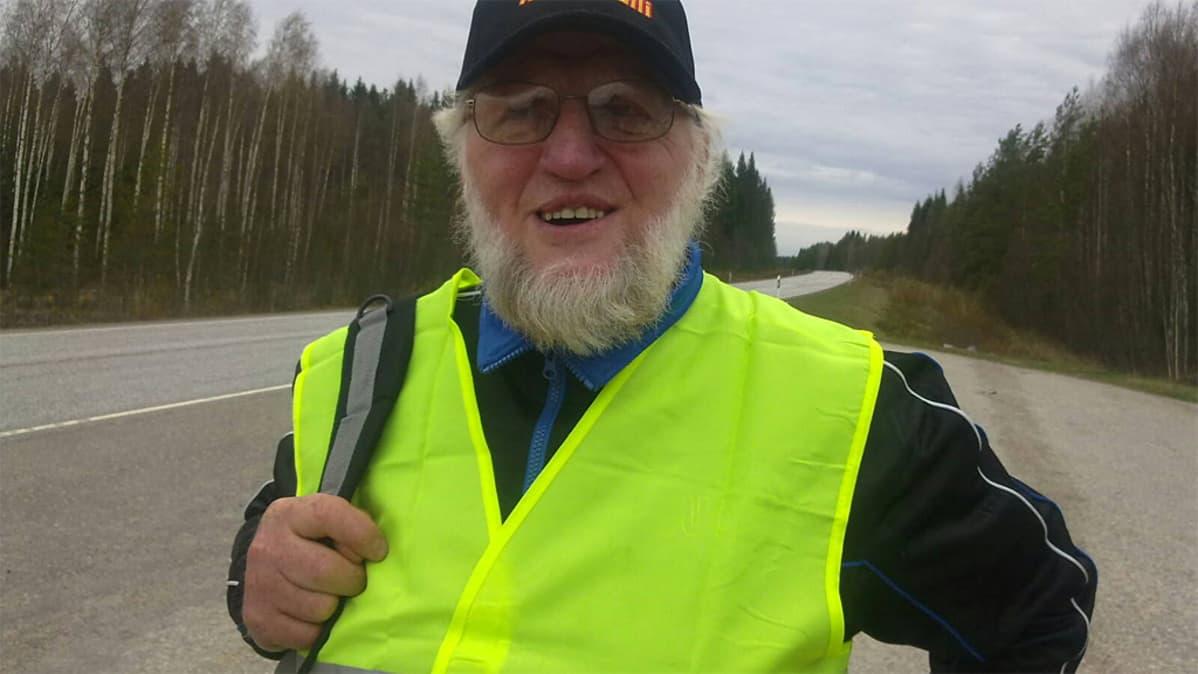 Markku Peltola maantien levähdysalueella.