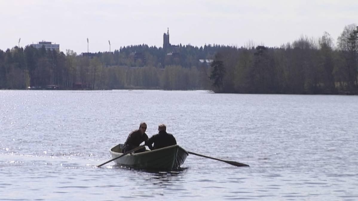 Kalastaja Olli Saari ja liikuntalaitosmestari Markku Kautto soutavat Tuomiojärvellä Jyväskylässä.
