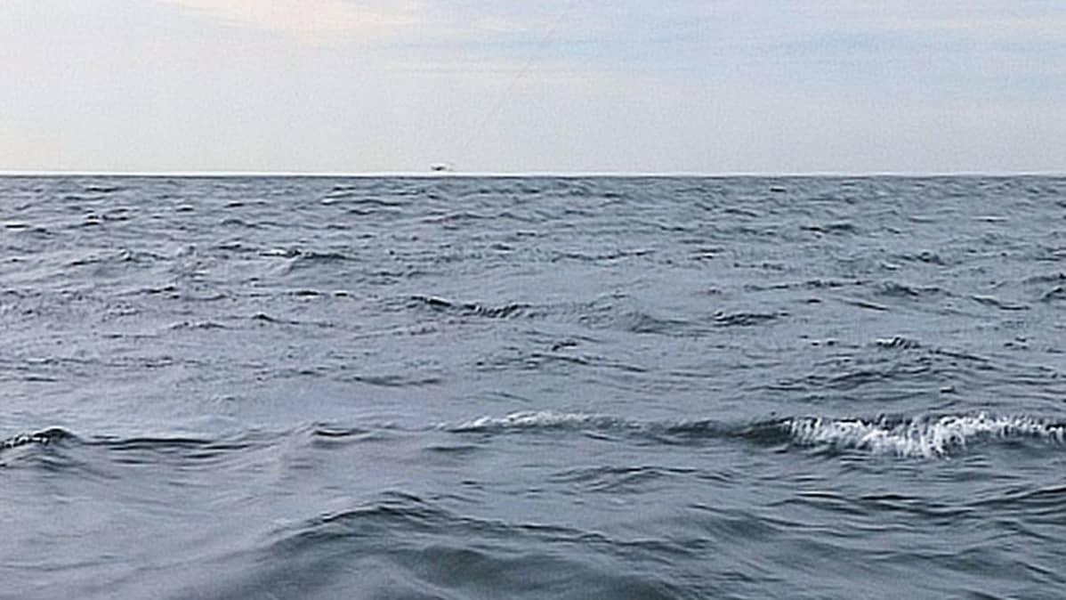 Meri aaltoilee.