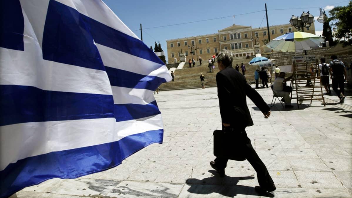 Kreikan lippu liehuu parlamenttitalon edustalla Ateenassa.