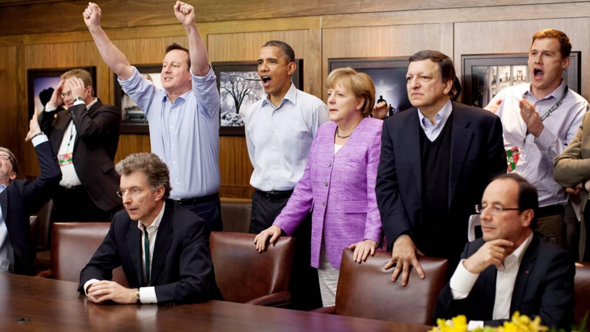 David Cameron, Barack Obama, Angela Merkel  ja Jose Manuel Barroso seuraavat jalkapallo-ottelua G8-maiden kokouksessa  Camp Davidissa.