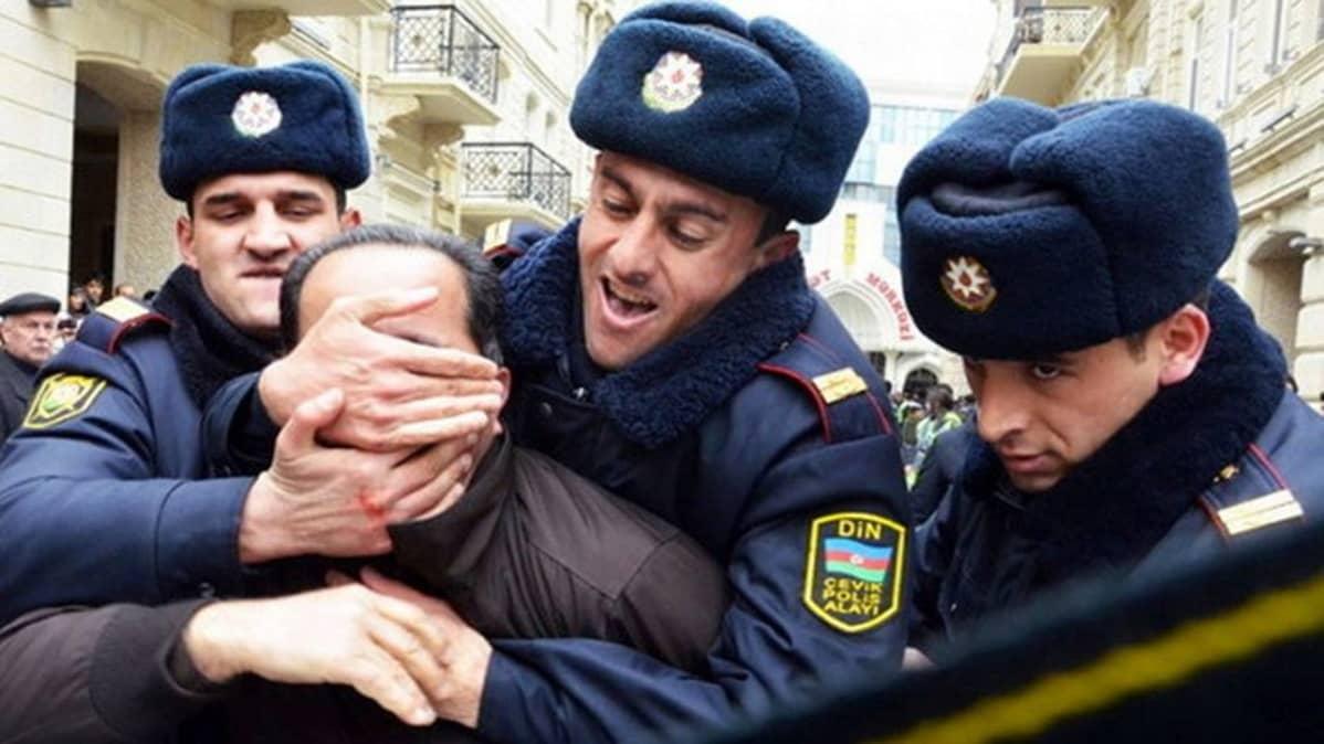 Poliisit pidättävät mielenosoittajia Azerbaidzhanin pääkaupungissa Bakussa