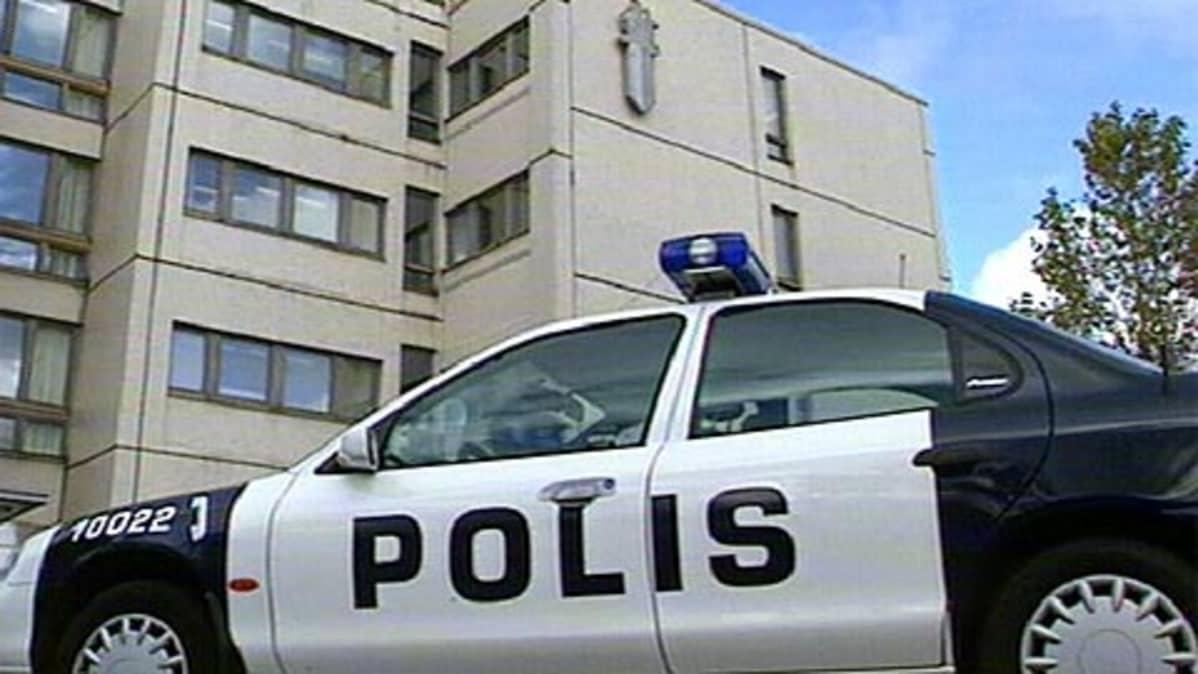 Poliisiauto Pasilan poliisitalon edustalla