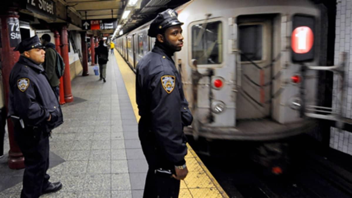 Poliisit partioivat metroasemalla