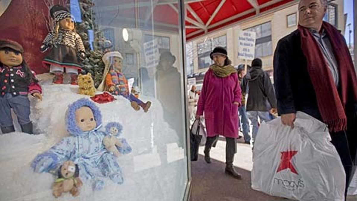 Ihmisiä ostoksilla Michigan Avenuella Chicagossa 28. marraskuuta, joka on joulumyynniin aloituspäivä Yhdysvalloissa.