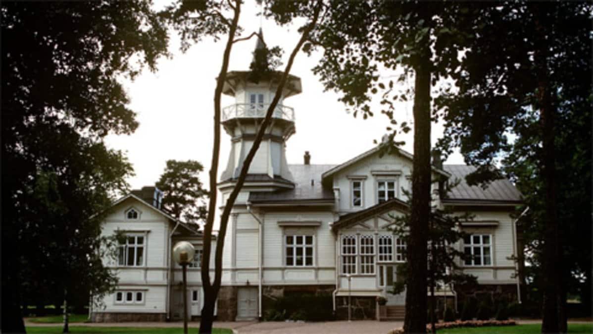 Pääministerin virka-asunnon julkisivu Meilahdessa Helsingissä.