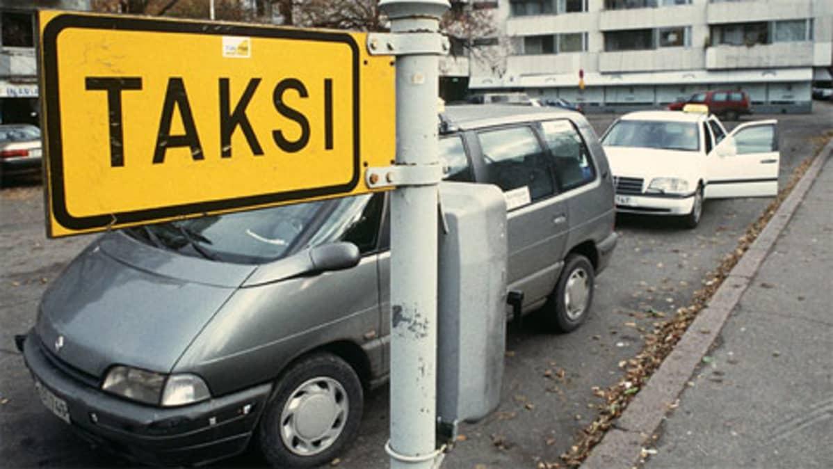 Kaksi taksia tolpalla